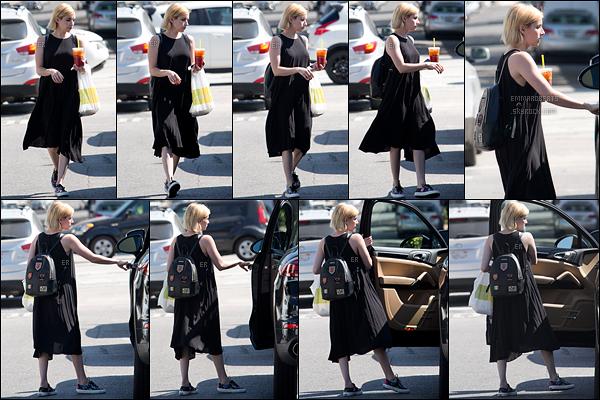 14/08/17 : Emma retournait à sa voiture après s'être achetée une boisson au Lemonade Cafe, à Beverly Hills. Pour le coup, je n'aime pas du tout la robe qu'Emma porte. Elle nous a habitué à mieux et c'est ce qu'on veut retrouver. Un gros flop ![/font=Arial]