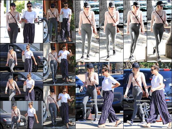 17/08/17 : Emma et Lea Michele ont été aperçues faisant des emplettes dans le quartier de Larchmont, à LA. Quel plaisir de les revoir ensemble ! En effet, ça faisait quelques temps qu'on ne les avait pas vu. Pour la tenue, ça passe selon moi.[/font=Arial]