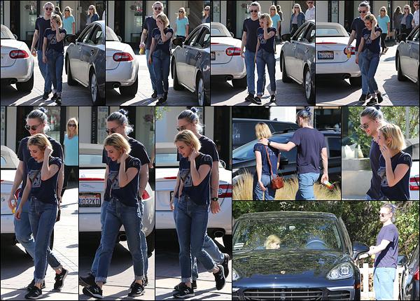 19/08/17 : Notre très jolie Emma et son talentueux fiancé Evan Peters ont passé leur journée ensemble à Malibu Les deux amoureux ont probablement été vus à la sortie d'un restaurant. Sinon, j'aime bien la tenue que porte Emma. C'est un top ![/font=Arial]