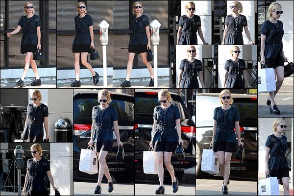 25/08/17 : Em a été aperçue dans les rues de Studio City après avoir fait quelques achats, à Joan's on Third. Pour cette sortie, Emma a opté pour une robe très sympathique. Mais pour ne pas changer, je ne suis pas fan de ses chaussures...[/font=Arial]