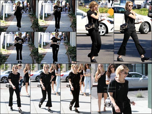 22/09/17 : Em a été vue alors qu'elle faisait du shopping dans les rues de Melrose Place, dans West Hollywood. Je n'aime pas du tout la tenue qu'elle porte, surtout le pantalon. La coupe n'est pas tendance. Ne parlons même pas des chaussures...[/font=Arial]