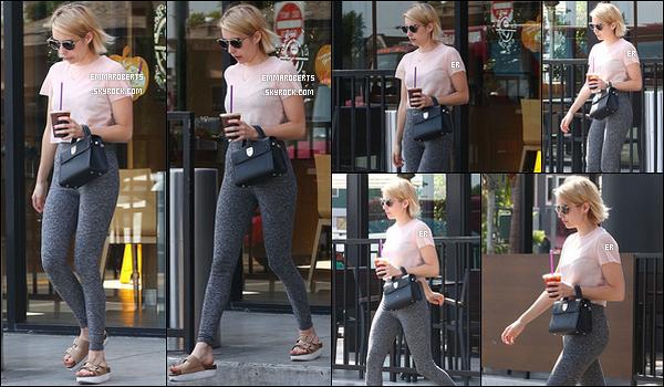 02/10/17 : Emma a fait un petit arrêt au Coffee Bean afin d'y acheter sa délicieuse boisson, dans Hollywood. Peu de photos pour cette sortie mais on peut voir qu'elle s'est rendue à sa séance de sport au vu de la tenue qu'elle porte. Avis ?[/font=Arial]