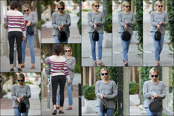 18/09/17 : La miss a été vue en train de payer un parcmètre, en compagnie d'une amie, dans West Hollywood. La belle se fait très discrète ces derniers temps. Sinon, j'aime bien la tenue qu'elle porte surtout le pull. Petit bémol : les chaussures.[/font=Arial]
