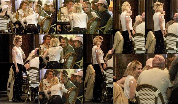 20/09/17 : Emma et Billie Lourd ont été vues en train de se rendre au concert d'Harry Styles, à Los Angeles. Ca fait très plaisir de revoir les deux amies ensemble. Concernant la tenue d'Emma, elle est sympa mais je préfère la jupe de Billie.[/font=Arial]