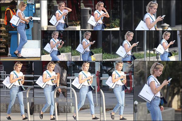 25/09/17 : La blondinette a été aperçue alors qu'elle faisait un peu de shopping dans les rues de Los Angeles. Petite tenue sympathique pour l'actrice, qui devait se sentir à l'aise dedans. Mais comme d'habitude, je ne suis pas fan des chaussures.[/font=Arial]