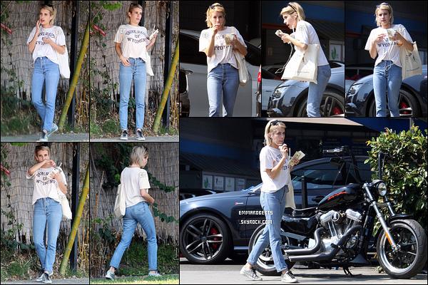 26/09/17 : Emma a été aperçue par les paparazzis alors qu'elle faisait laver sa voiture à un car wash de Los A. Seulement deux photos de disponible pour le moment. J'espère que d'autres feront rapidement leur apparition. Sinon j'aime sa tenue.[/font=Arial]