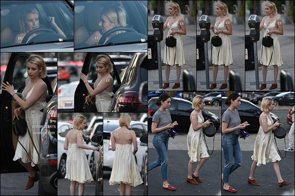 27/10/17 : Notre adorable Roberts a été vue en train de mettre des sous dans un parcmètre, à Los Angeles. Dis-donc, Emma se fait extrêmement discrète en ce moment et pourtant elle n'est pas en tournage. Sinon petit top pour la tenue ![/font=Arial]