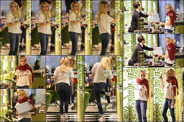 13/11/17 : Notre blondinette a été aperçue essayant des chaussures dans le magasin Prada, à - Beverly Hills. Elle aurait dû mettre des soquettes pour essayer ses chaussures car celles qu'elle porte ne sont pas top pour se faire un avis. Top.[/font=Arial]