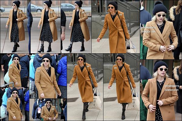19/01/18 : Emma a été repérée par les paparazzis au festival Sundance qui se tient à Salt Lake City dans l'Utah. Il doit faire froid en cette période car Emma est habillée chaudement avec ce long manteau et ce bonnet. Mais je n'aime pas le reste.[/font=Arial]