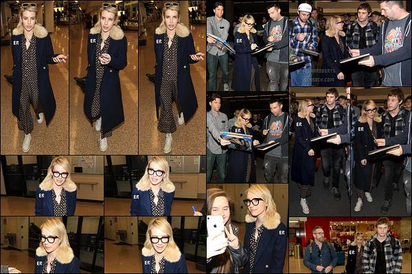 19/01/18 : Les paparazzis attendaient notre chère actrice à son arrivée à l'aéroport de Salt Lake Cit dans l'Utah. Son boyfriend Evan Peters étaient également présent. J'adore quand Emma porte des lunettes, ça lui va extrêmement bien ! Et vous ?[/font=Arial]