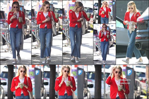 04/10/18 : Emma Rob' a été photographiée, café en main, durant sa petite balade dans les rues de Los Angeles. Je n'aime pas du tout la forme de son pantalon ni l'association du pull rouge aux chaussures à damier. C'est fort dommage mais un bof ![/font=Arial]