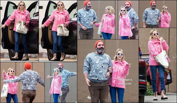 29/01/19 : Emma et un de ses amis se sont retrouvés à Los Feliz afin de déjeuner dans un restaurant de sushis. L'actrice portait un imposant pull rose... Je n'en suis pas fan mais au moins, elle a choisi une bonne paire de chaussures. C'est déjà ça ![/font=Arial]