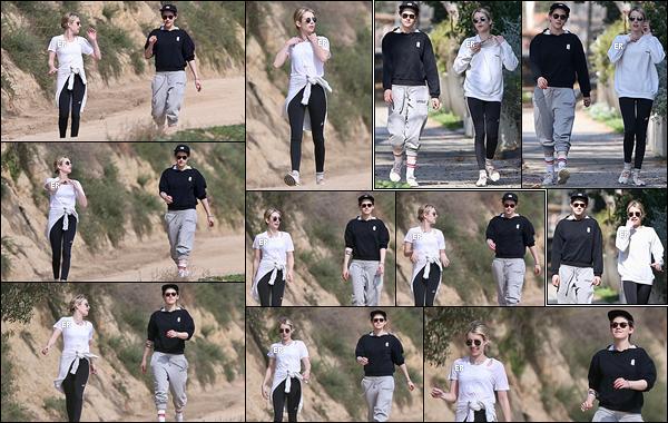30/01/19 : Emma et Kristen Stewart se sont données rendez-vous pour une petite randonnée à Griffith Park. Quelle surprise de voir les deux actrices ensemble. Mais c'est pour notre plus grand bonheur, n'est-ce pas ? Tenue de sport basique.[/font=Arial]