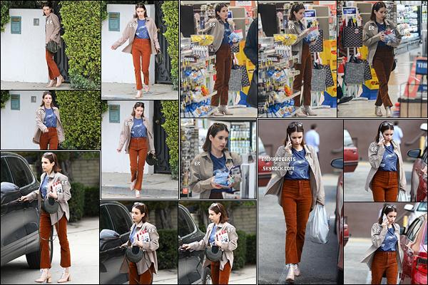 21/03/19 : Longue journée pour Em qui quittait son domicile pour aller faire quelques achats et courses à LA. Je ne suis pas fan de la tenue qu'elle porte. Les habits ne s'accordent pas ensemble. Dommage car, séparées, les pièces sont belles ![/font=Arial]
