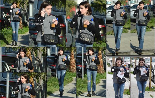 28/02/19 : Emma se baladait seule dans les rues de Los Angeles sûrement après un rendez-vous professionnel. Tenue plutôt simple mais qui reste dans l'esprit de son style vestimentaire habituel. Je me demande avec qui elle discutait au téléphone.[/font=Arial]