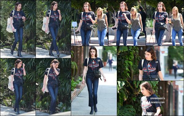 19/03/19 : Emma, aperçue par ses amis les paparazzis, se baladait toute seule dans les rues de Los Angeles. Elle est tellement plus belle avec les cheveux bruns. Cette petite coupe lui va tellement bien et ses cheveux font tellement plus soyeux.[/font=Arial]