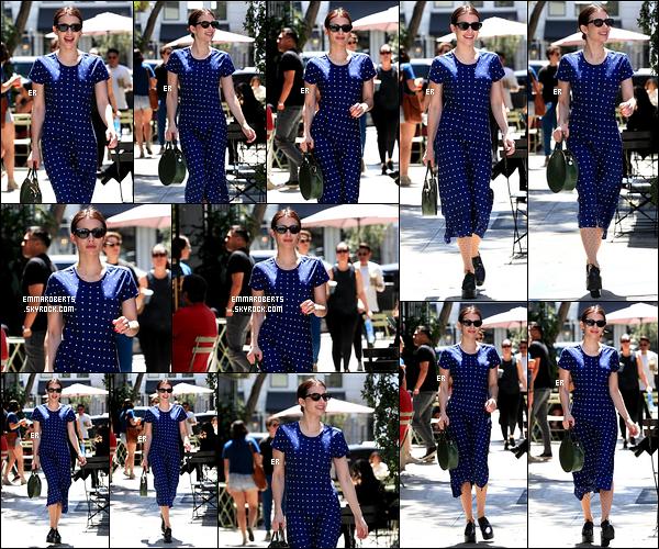 06/04/19 : Emma s'est rendue au salon de coiffure Nine Zero One situé dans un quartier de West Hollywood. Je suis totalement fan de sa longue et belle robe bleue électrique ! Elle rayonne dedans et le brun lui va à merveille ! Un top pour moi.[/font=Arial]
