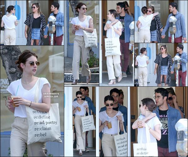 08/04/19 : Em' a été vue en compagnie de Darren Criss et sa femme quittant un restaurant situé à Los Angeles. Quelle agréable surprise je dois dire. Concernant sa tenue j'aime assez. J'aime beaucoup le collier ainsi que ses lunettes de soleil et vous ?[/font=Arial]