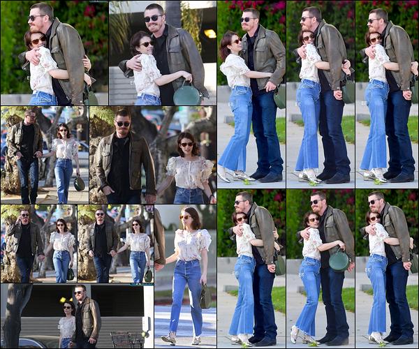 10/04/19 : Emma et l'acteur Garrett Hedlund, son nouveau petit-ami, se promenaient dans les rues de Los Feliz. Il est vrai qu'elle a l'air beaucoup plus heureuse avec lui qu'avec Evan... Elle est rayonnante ici ! Concernant sa tenue, c'est un gros top.[/font=Arial]