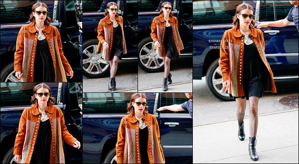 30/03/19 : Notre très chère Emma Rose Roberts a été aperçue tout sourire dans les belles rues de - New York. Quelle jolie sortie ! J'aime beaucoup son long manteau marron associé à une petite robe noire. Seul hic, les chaussures, comme d'hab ![/font=Arial]