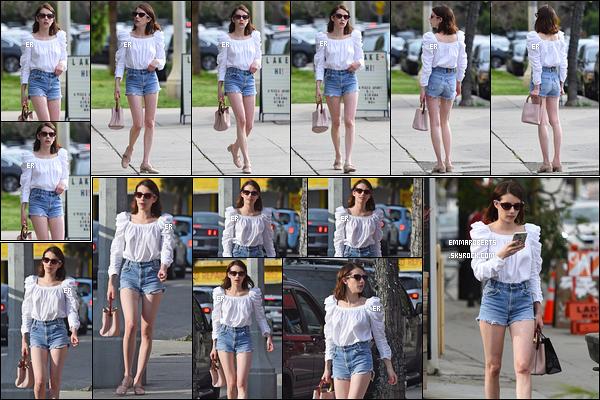 14/04/19 : Emma Rose Roberts a été aperçue alors qu'elle se promenait, seule, dans les rues de Los Angeles. Waouh, je suis complètement fan de la tenue qu'elle porte et plus particulièrement de son haut. C'est un top pour moi ! Quant à toi ?[/font=Arial]