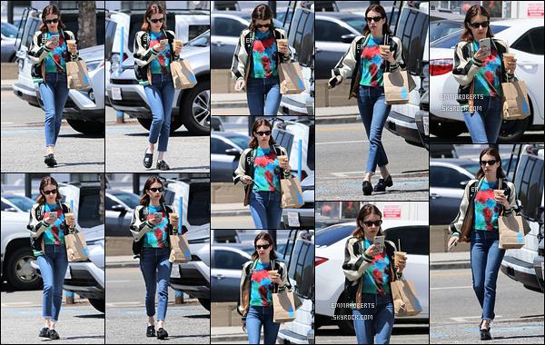 18/04/19 : Miss Roberts a été repérée par les paparazzis alors qu'elle rejoignait son véhicule dans Los Angeles. Juste avant, elle est allée s'acheter un thé glacé et sûrement de quoi grignoter avec... Pas fan du haut mais j'aime le reste de la tenue ![/font=Arial]