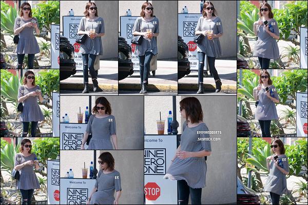 19/04/19 : Emma a été aperçue devant le salon de coiffure Nine Zero One, après son rendez-vous, dans LA. Elle attendait que la préparation de sa boisson soit finie. J'aime beaucoup sa tenue, les couleurs vont bien ensemble. Top pour Em' ![/font=Arial]