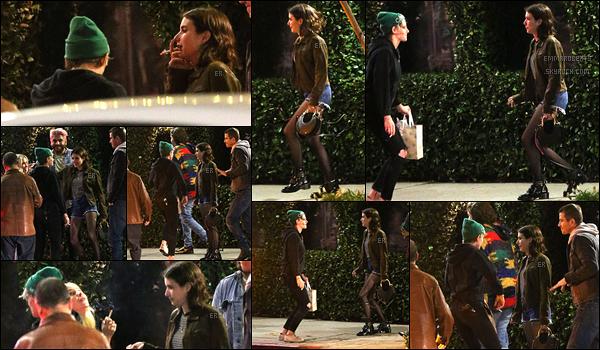 20/04/19 : Emma a rejoint Kristen Stewart et des amis afin d'aller dîner dans un restaurant de Los Angeles. Sortie de nuit alors les photos ne sont pas de très bonne qualité... Mais ça fait très plaisir de revoir les deux actrices ensemble. Top ![/font=Arial]