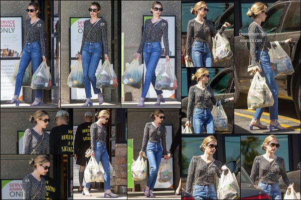 02/07/19 : Notre actrice a été aperçue alors qu'elle faisait quelques courses à Gelson Market dans Los Feliz. Quel plaisir de revoir notre actrice après un long moment sans news dû au tournage du film Holidate ! C'est un top pour la tenue ![/font=Arial]
