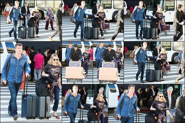 03/07/19 : Emma Rob' et Garrett Hedlund ont été repérés par les paparazzis à l'aéroport LAX de Los Angeles. Comme on peut le voir, les deux petits continuent de filer le parfait amour. On leur souhaite beaucoup de bonheur et un bon voyage ![/font=Arial]