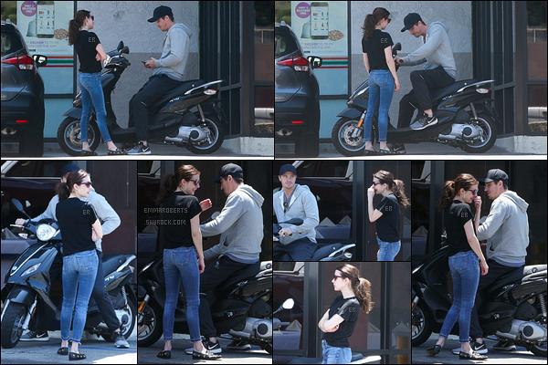 14/07/19 : Le couple est allé faire quelques courses dans un magasin de Los Angeles avant de repartir en moto. Je ne sais pas ce que Garrett lui a dit mais Emma avait l'air de bien se fendre la poire... J'adore sa tenue et ses créoles ! Un beau top.[/font=Arial]