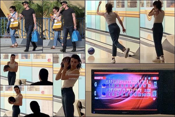 13/07/19 : Petite sortie en amoureux pour Emma et Garrett qui se sont rendus au bowling dans Los Angeles. Le moins qu'on puisse dire c'est que notre belle brunette avait l'air de s'éclater... Et elle se débrouille vraiment pas mal vu son score ![/font=Arial]