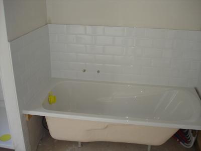 coin baignoire de la salle de bain carrelage. Black Bedroom Furniture Sets. Home Design Ideas