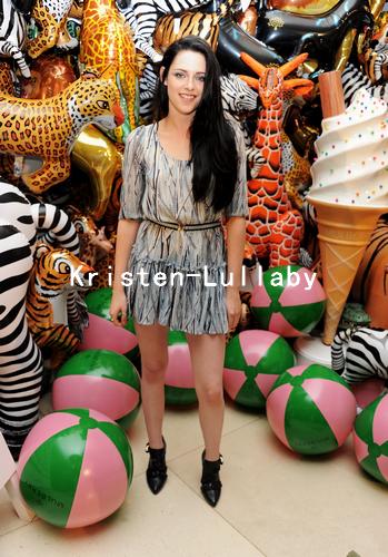 Kristen présente à la Fashion Week de Londres au défilé Mulberry.