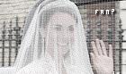 -13.05.11 Le départ !    -Le couple a posé ses valises pour quinze jours sur la petite île privée et paradisiaque Desroches, à 4.500 ¤ la nuit. Ils ont essayé de nous refaire le coup du secret, comme pour la robe de mariée de Kate Middleton, dévoilée à la dernière minute le jour de son mariage avec le prince William. Mais, cette fois-ci, les époux les plus épiés de la planète n'ont pas réussi à berner la presse anglo-saxonne, dont le Mailonline, qui jure connaître la destination de leur voyage de noces. Si Corfou, le Kenya et l'Amérique du Sud avaient été un temps pressentis, ce sont finalement les Seychelles qui ont retenu l'attention du couple. Le duc et la duchesse de Cambrigde ont discrètement embarqué dans un avion privé la nuit dernière pour gagner l'île Desroches, l'une des 115 que compte cet archipel de l'océan Indien.
