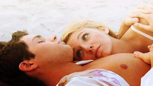 En réalité, t'as peur. C'est pour ça que tu fuis. T'as peur parce que, avec moi, tu sais que c'est pas comme avec les autres gars. Moi, tu m'aimes réellement & ça te fait flipper parce que, aimer quelqu'un, c'est lui donner la possibilité de nous briser le coeur. Je le sais très bien parce qu'en ce moment même t'es en train de briser le mien. Gossip girl.