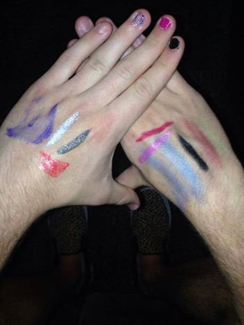 Niall qui test le make up 1D mdrr :')