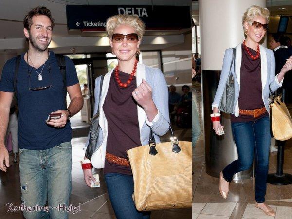 Katherine & son mari Josh à LAX aéroport le 13 mai 2011.