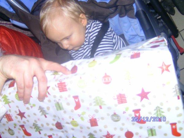 maxence avec son cadeau