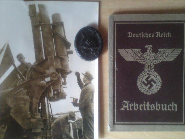 Photographie de l'entretien d'un canon allemand , insigne des blessés de première classe et livret de travail d'un soldat allemand