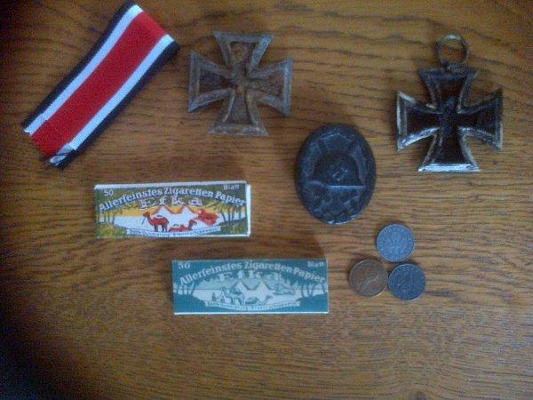 ruban de 2nd classes, croix de fer 2nd classes, papier a tabac, monnaie et insigne des blessés noir.
