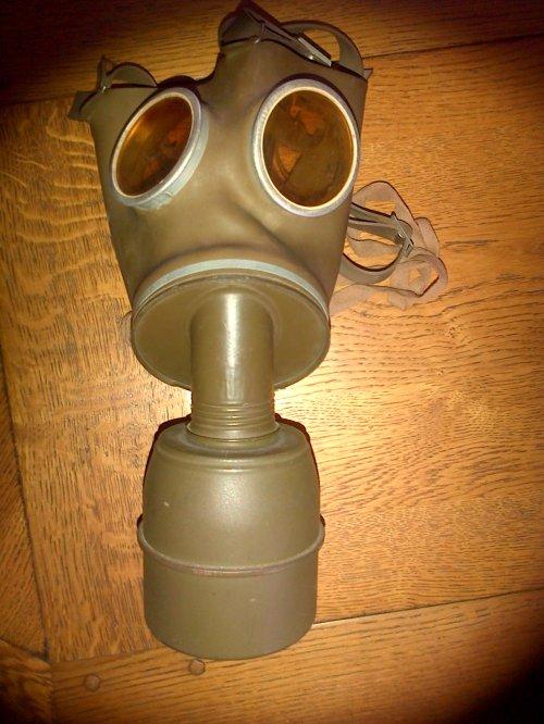 Masque Anti-gaz TC 38 Français,modèle civil en caoutchouc avec son boitier.