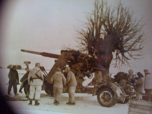 Photographie d'un canon Allemand et de quelques soldats allemands le 14 Mars 1944.