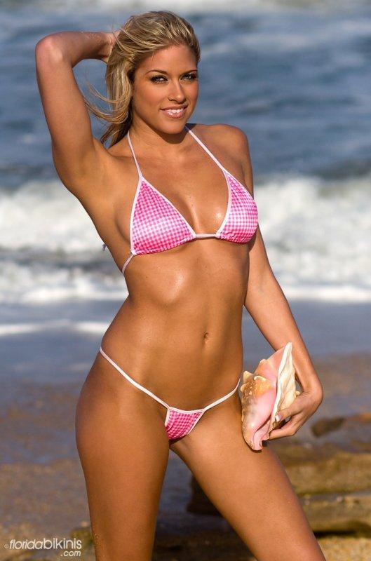 Kelly Kelly en bikini