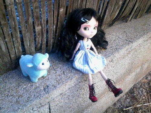 scéance photo dans le jardin tenue du jour robe bleu et berét