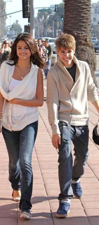 Justin et Selena Gomez se promenant à Santa Monica, hier, le 6 février en Californie.     Perso : Il sont heureux je pense , ne critiquer pas selena , Justin a le droit d'être heureux aussi ! ;)