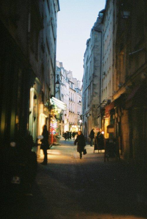 A 200 à l'heure dans les rues de Paris où il ne fait pas bon trainer lorsque nous sommes au volant, nous mêlons l'alcool à la beuh, la beuh à la coke, la coke au extas. Des mecs baisent des putes sans capotes et jouissent ensuite dans les copines de leurs petites soeurs qui se font, de toute manière partouzer du soir au matin.