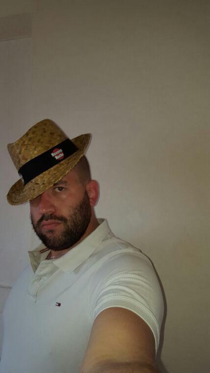 - Tout est dans l'art du port du chapeau -