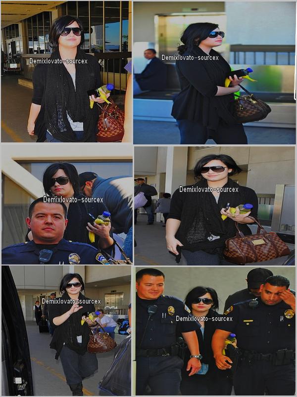 . 01/04/2011 : Demi a l'aéroport de LAX après son petit séjour a New York..