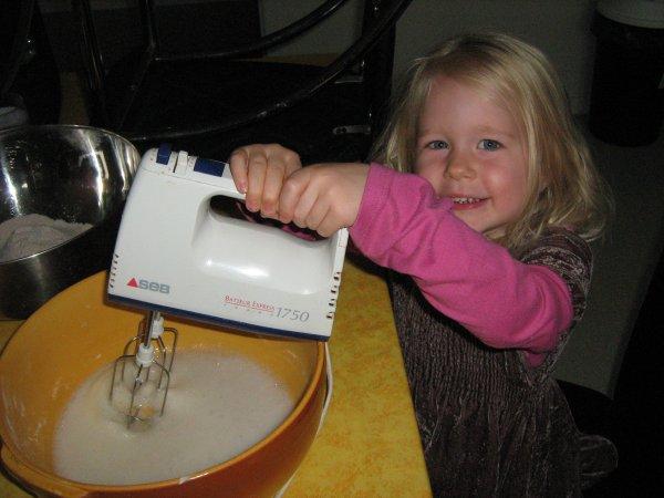 kelly qui m'aide a faire les macarons